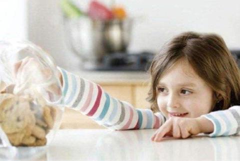 妈妈在厨房做饭,听到双胞胎儿子的动静,出来一看哭笑不得