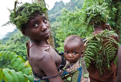 """非洲""""袖珍""""的部落, 矮小成长快, 8岁就体验""""成年的生活"""""""