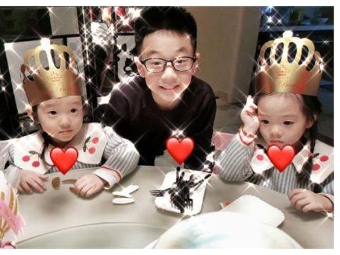 杨威一家为双胞胎女儿庆生 姐妹俩甜甜比耶超可爱