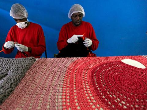 女企业家突发其想让监狱犯人织毛衣,解决劳动力紧缺帮助囚犯减刑