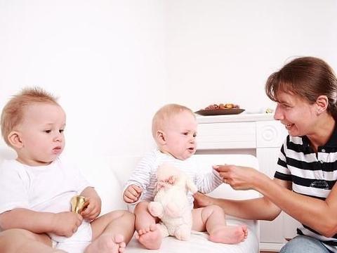 两个月左右的宝宝会有哪些表情?