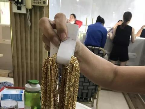 俩男子欲向金店出售23斤黄金首饰店主报警 被抓后称是捡来的