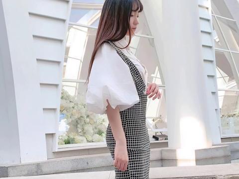 街拍:美女白色衬衫搭配格子高腰背心裙,甜美又显气质