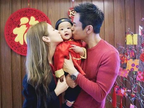郑嘉颖新年晒全家福,与妻子亲吻儿子脸颊,Rafa穿唐装开心比耶