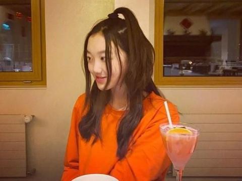 王菲小女儿李嫣一人国外过年 与闺蜜互拍送祝福