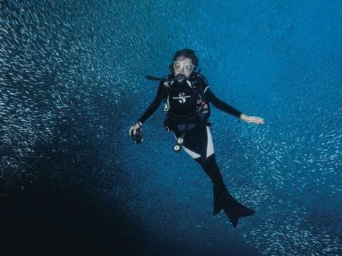 国外82岁的她是世上潜水最深女人,曾驾驶潜水器海下生活两周