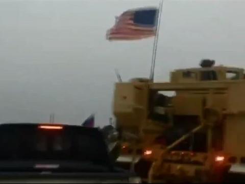 美军包围俄军装甲车,机关炮随时开火,俄军被迫撤离