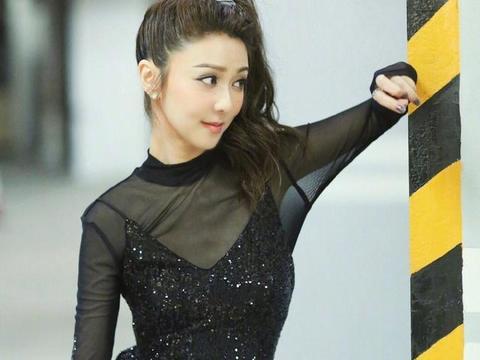 薛凯琪高扎马尾,穿一袭纯黑星光纱裙,甜美动人
