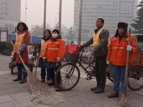街头环卫工身家几千万,变身富豪仍起早贪黑认真清扫街道