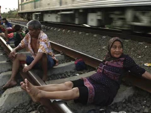 印尼居民沉迷集体卧轨,号称火车铁轨能做电疗,坚信包治百病!