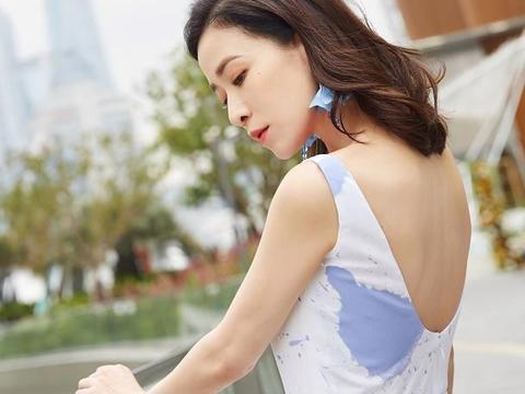 佘诗曼真有44岁?穿上白底蓝花裙配小卷发,气质甜美嫩回港姐年代
