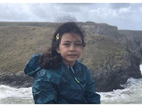 刘烨小女儿霓娜过8岁生日,长相越来越像妈妈安娜