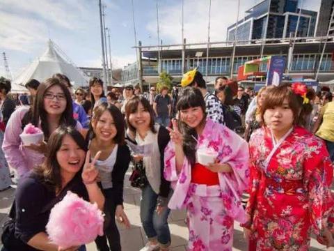 日本人来中国旅游,买了许多这东西带回去!日本人:中国人太幸福