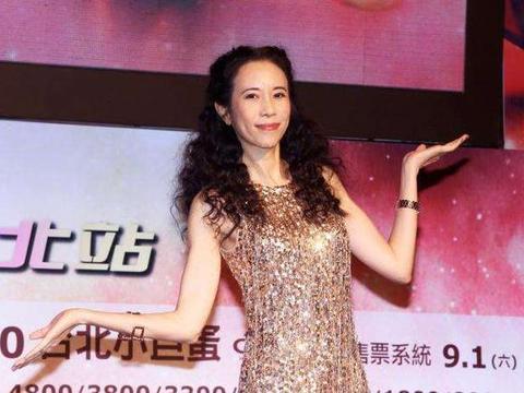 莫文蔚果然是香港第一,美艳不可方物,演唱会上展示无可挑剔身材