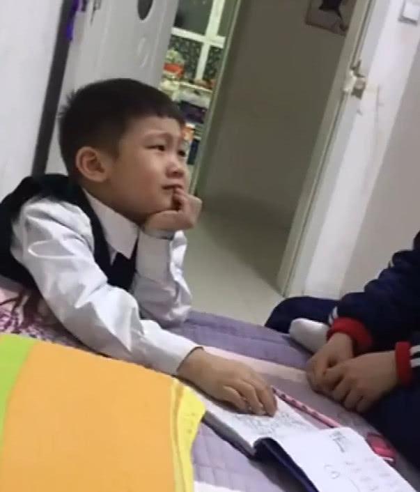 """姐姐陪弟弟写作业,没想到竟是一副""""小大人""""的模样,太有范了"""