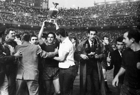 他是哈维和伊涅斯塔的前辈,西班牙唯一金球奖