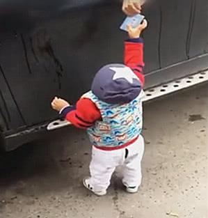 穿开档裤的停车场收费员,把卡递给车主后,动作太可爱了