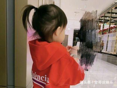 """孙怡与女儿穿亲子装出镜,不料被她""""电棒腿""""抢镜,体重没有90斤"""
