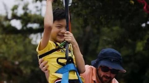 田亮带儿子澳洲游玩,9岁儿子皮肤被晒黝黑,小帅哥颜值不输父亲