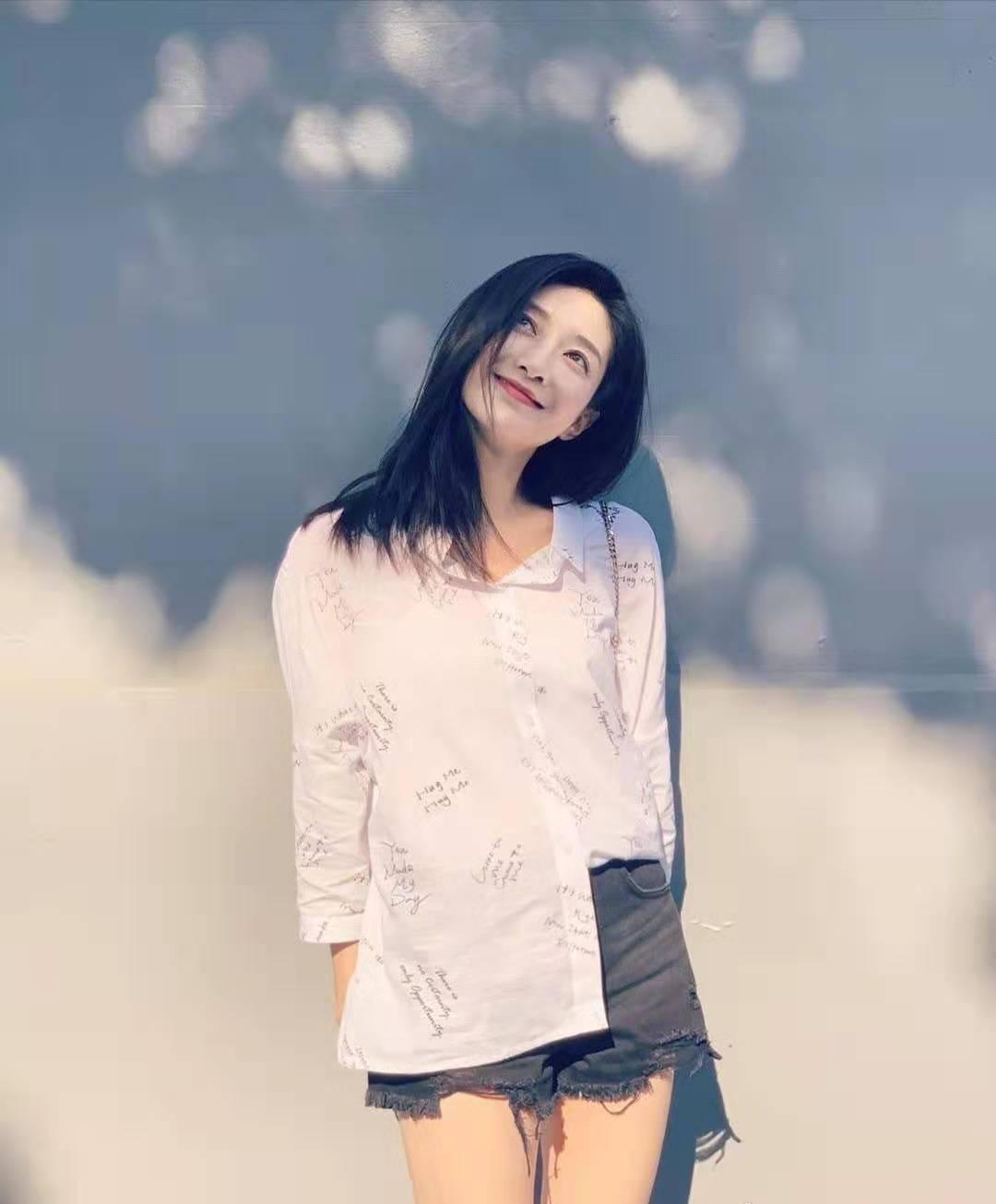 江疏影机场嘟嘴卖萌太可爱,穿奶奶毛衣配衬衫,33岁美成少女