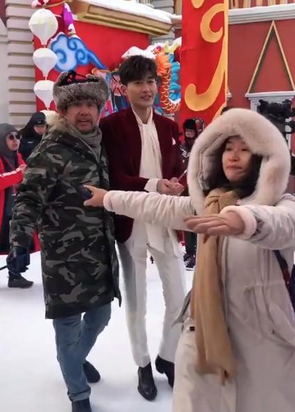 张翰逛街被偶遇,谁注意到他手里捧着啥,确定不是在偷偷撒糖?