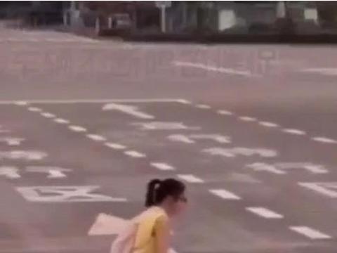 行动不便的小女孩过马路遭司机狂按喇叭,大姐这样做
