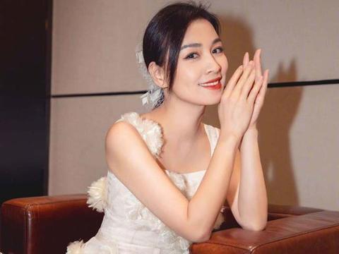 张庭太会经商,不光卖化妆品还做服装,和林瑞阳走秀代言很自信