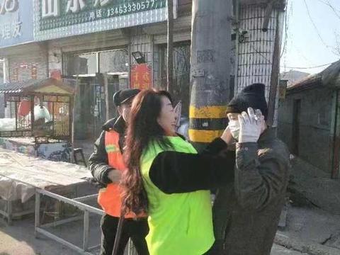 张家口爱心志愿者上街为春节坚守一线工作人员发放口罩