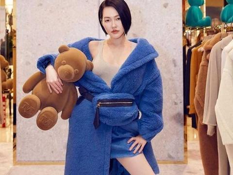 """小S徐熙娣又出""""大招"""",穿泰迪熊大衣只搭肉色背心,似有似无"""