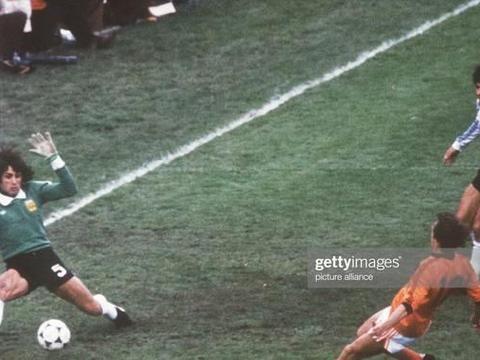 哀悼!克鲁伊夫的好搭档,荷兰传奇球星伦森布林克去世