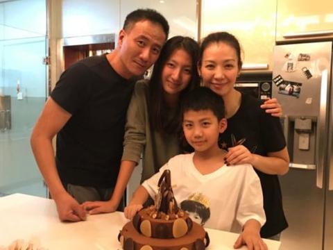 胡军话剧庆功宴现场,林青霞与刘嘉玲相伴左右,太有面子了!