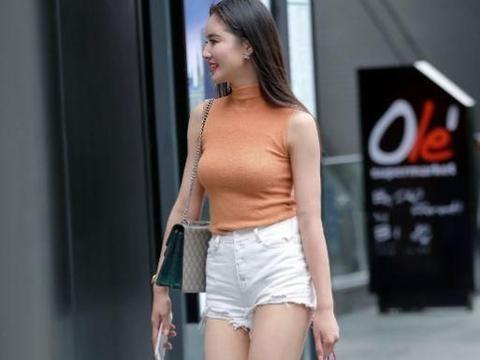 美女棕红色背心搭配短裤,尽显高挑身材,魅力十足