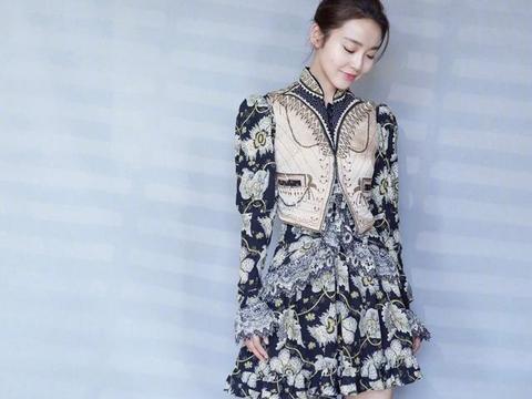 剧中她是赵丽颖的姐姐,身穿收腰设计印花连衣裙,英伦复古风满满