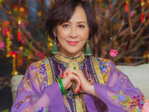 刘嘉玲晒照给网友拜年,妆容精致笑容甜美,大家却想起了张国荣