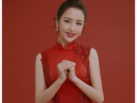 美!佟丽娅红色旗袍亮相春晚端庄大气 妆容精致优雅美丽