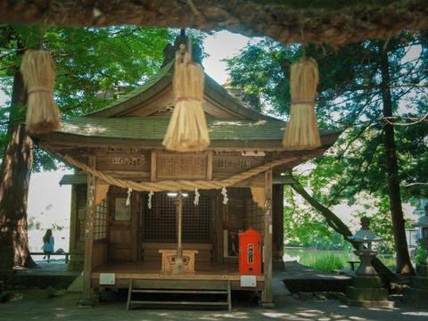 """日本最""""神奇""""的湖,一半暖一半凉,游客:泡温泉刚好"""