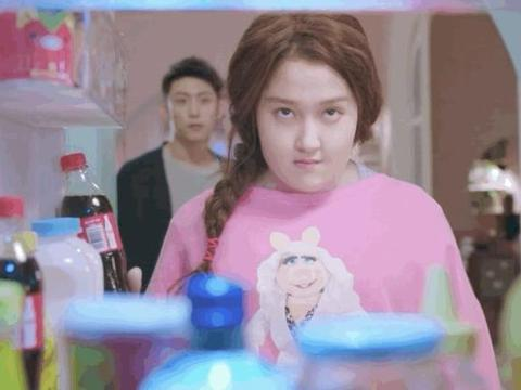 22岁关晓彤为拍戏增肥,化身200斤女孩,剧照比以往都美