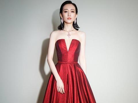 """王鸥真是""""尤物女神"""",穿红色抹胸缎面裙好撩人,有种高级的性感"""