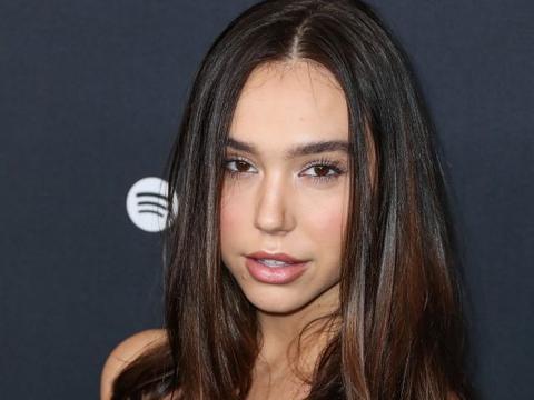 美国嫩模Alexis Ren亮相活动,身穿黑色吊带裙秀傲人好身材