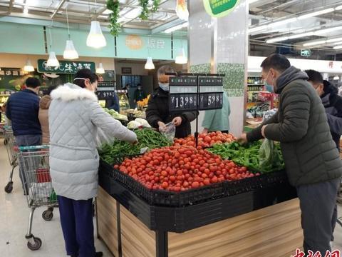 武汉超市节日供应正常 市民戴口罩选购