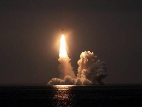 一枚导弹划过印度洋上空,目标锁定头号对手,可搭载核弹头攻击