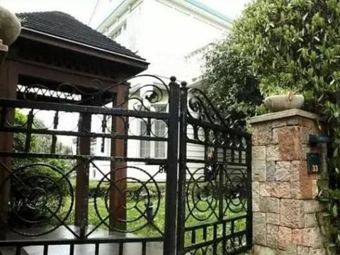 带你看沈梦辰住的豪宅,大宅门口相当霸气,房子自带超大游泳池