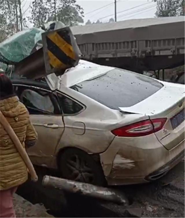 """22万福特蒙迪欧回乡途中出事故,车头被栅栏""""戳穿"""",A柱变形"""