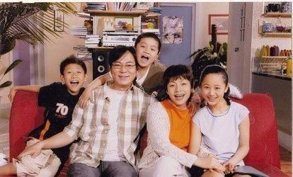 家有儿女一家人终于团聚了,好温馨,杨紫穿得红红的很是喜庆