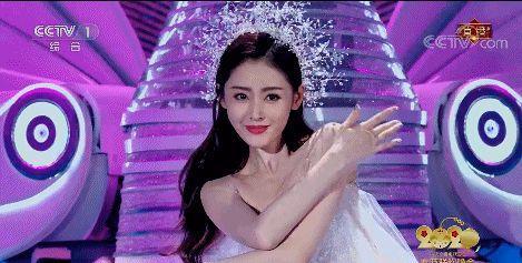 31岁张天爱春晚新造型,穿银白色纱裙显完美身材, 美的不可方物
