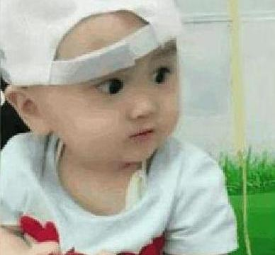 只顾吃苹果,打针忘了疼,1岁小宝宝引发网友评论:吃可爱长大的