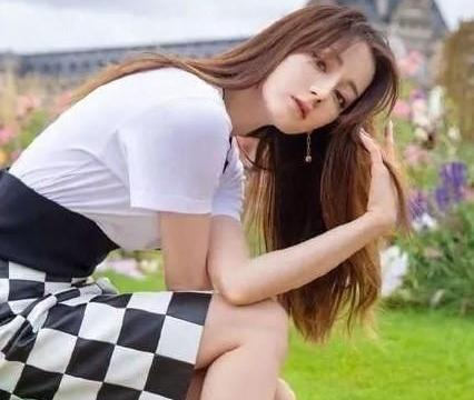 迪丽热巴身穿撞色格子裙,可爱迷人,突显少女时尚魅力