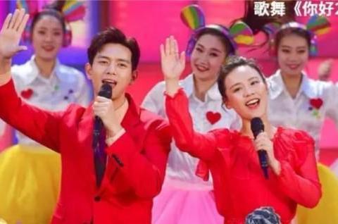 春晚李现唱歌,这个动作尽显高情商,周杰伦的歌是其KTV首选