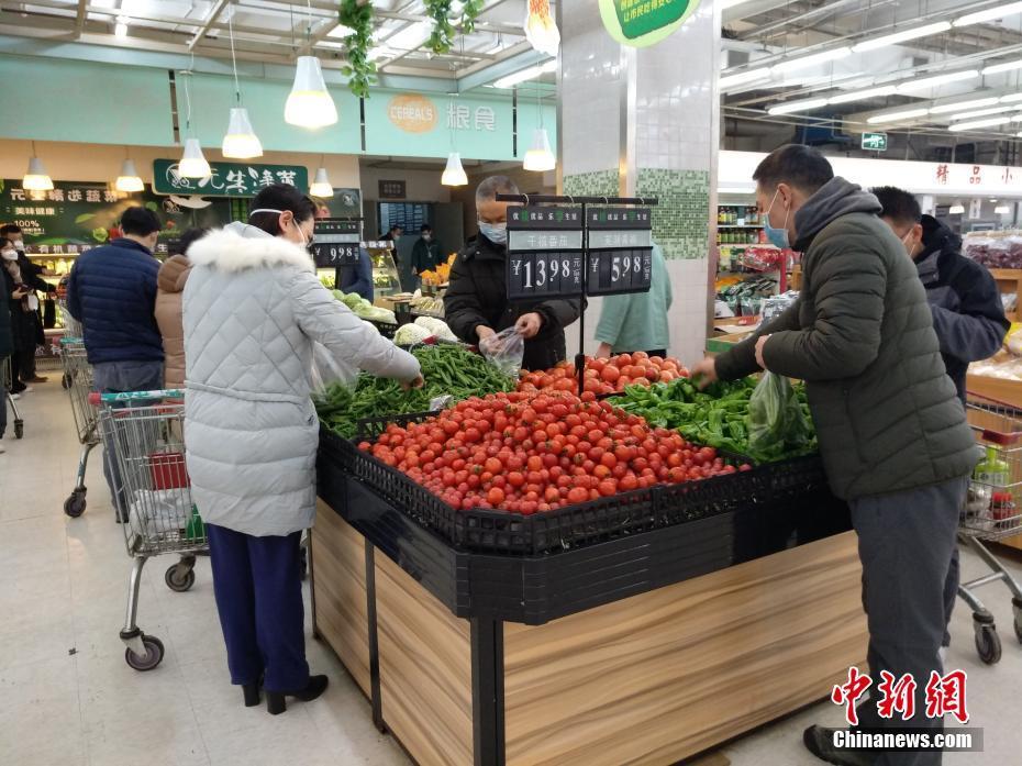 武汉超市节日供应正常 市民戴口罩选购武汉超市节日供应正常 市民戴口罩选购