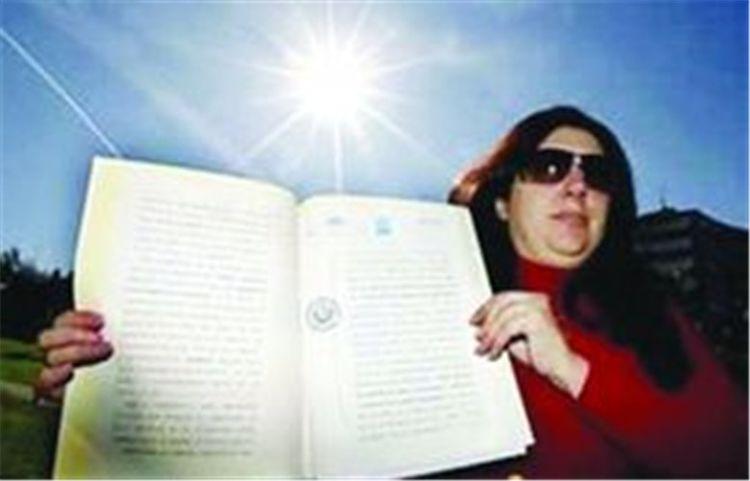 """女子自称""""太阳主人"""",向全球收取暖费,美国副总统将其告上法庭"""